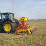 Podsiew siewnikiem APV - mieszanką BG-2 15kg oraz BG-8 15kg na hektar